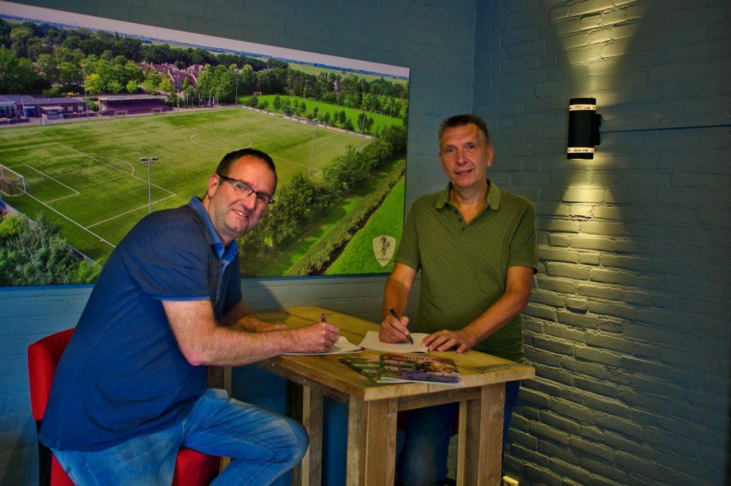 Edwin Plasmeijer en voorzitter Rik Winterink tekenen de sponsorovereenkomst.